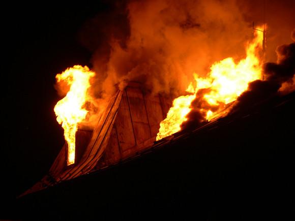 Po zásahu bleskom horeli dva rodinné domy v obci Kaplná