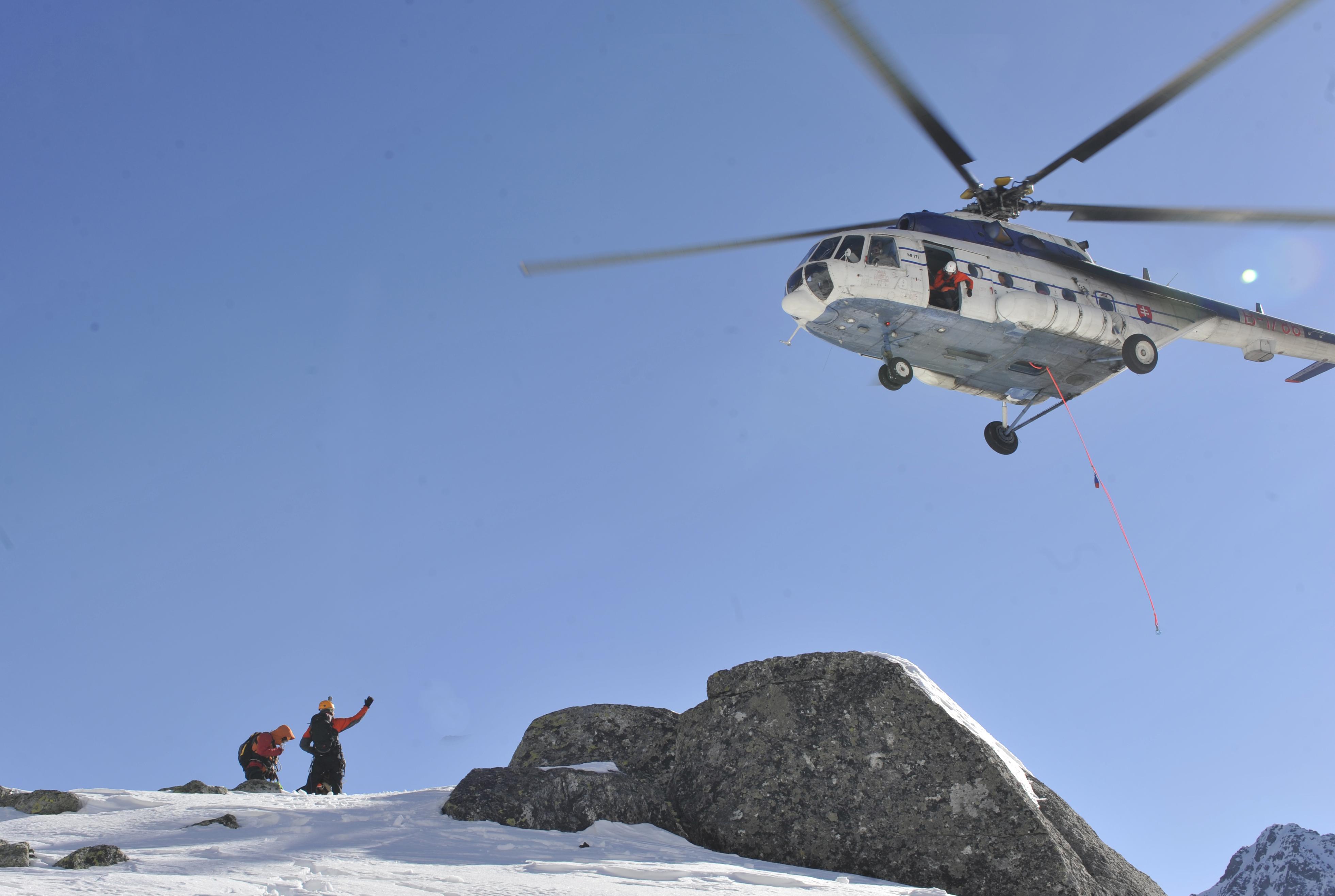 Zásah záchranárov v horskom prostredí s použitím helikoptéry